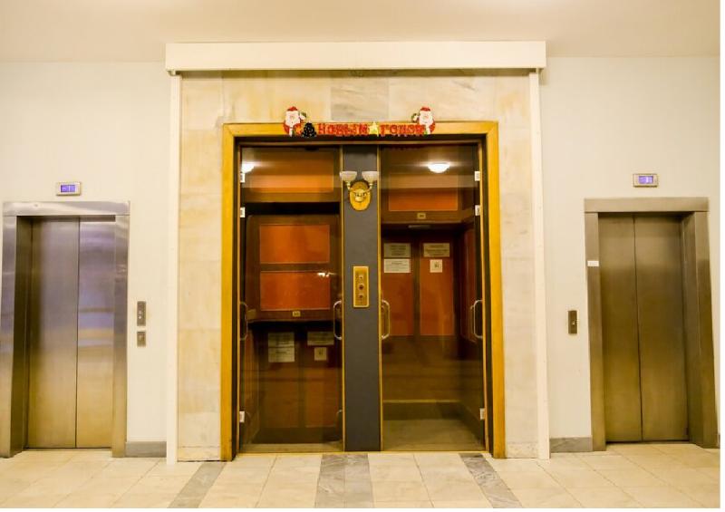 """Лифты. В центре в застекленной витрине показан лифт """"Патерностер"""" (""""четки"""") спроектированный Ле Корбюзье. Он состоял из """"бесконечной"""" ленты кабин без дверей, которые медленно непрерывно двигались, с одной стороны вверх, с другой - вниз. Пассажиры успевали входить и выходить на нужном этаже."""