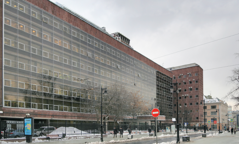 Фасад, выходящий на Мясницкую. В центре плохо виден памятник Ле Корбюзье.