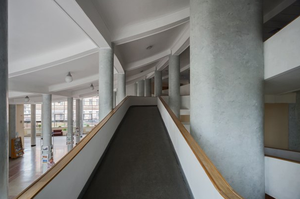 Достопримечательность дома - большой сквозной пандус, который заменял главную лестницу. Боковые лестницы тоже есть.