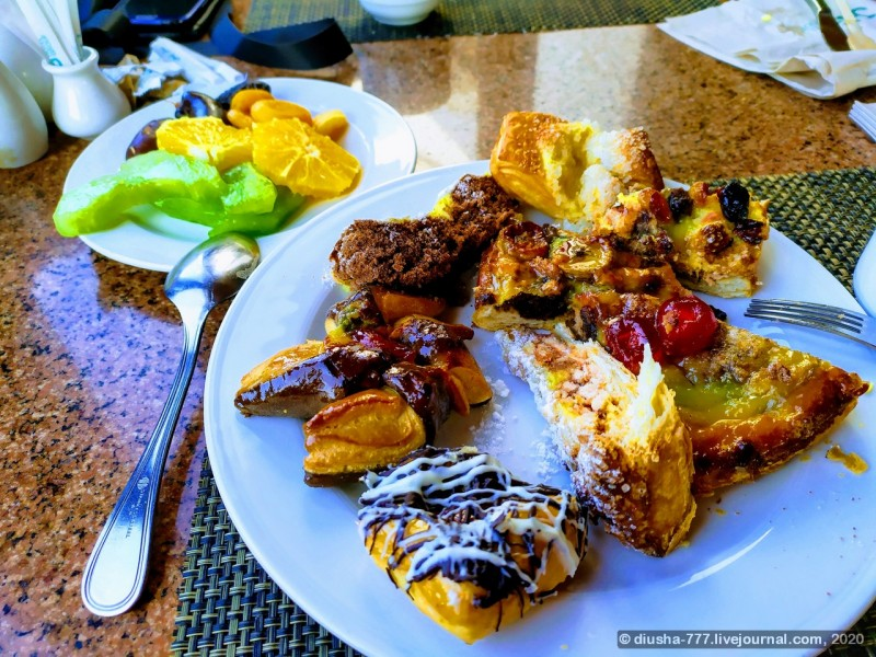 Сладости так себе, тортики у них получаются не очень, но пироженки с джемом очень вкусные