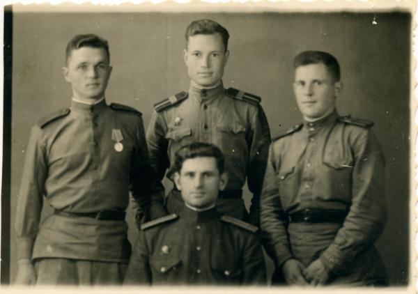 Пархоменко-внизу,-Блохин,-Радин,-Захаров,-1945-Харбин.jpg