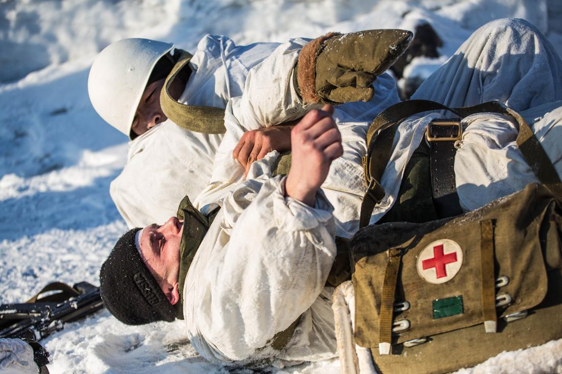 картинка боец раненый на снегу начинается