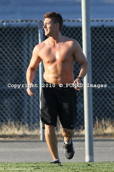 soccer-shirtless-jensen-ackles-15011826-398-598
