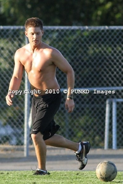 soccer-shirtless-jensen-ackles-15011810-399-597