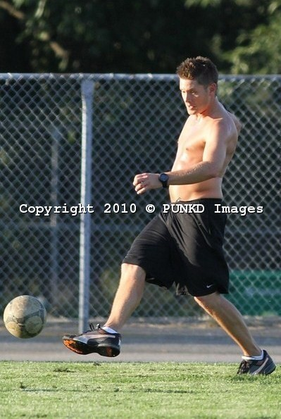 soccer-shirtless-jensen-ackles-15011809-399-595