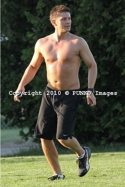 soccer-shirtless-jensen-ackles-15011802-400-597