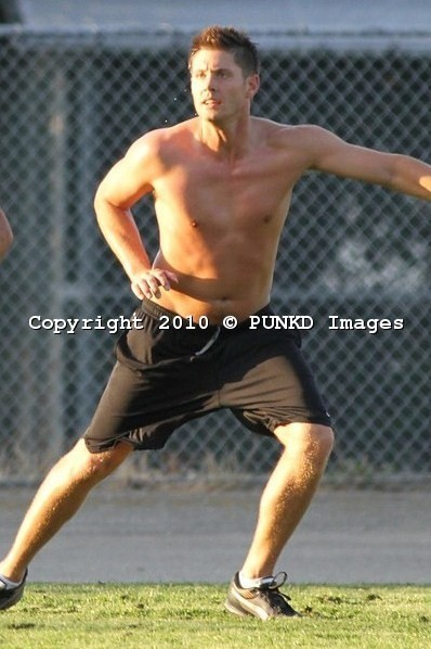 soccer-shirtless-jensen-ackles-15011796-398-598
