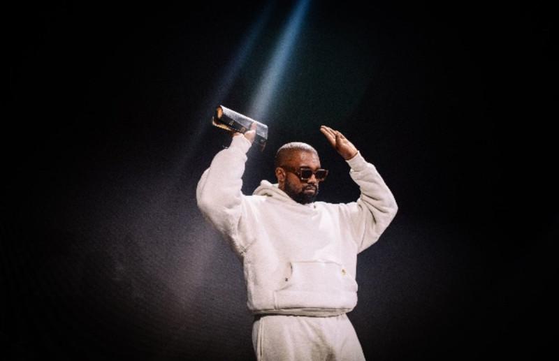 Kanye West с Библией