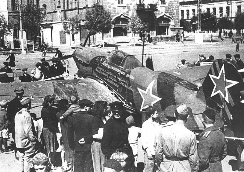 Истребитель Як-1Б майора Бориса Еремина на площади Чернышевского.jpeg
