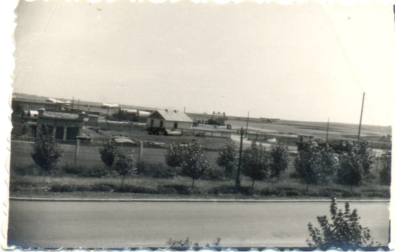1962-в аэропорту саратова видны ан-2, ил-14, ли-2.jpg