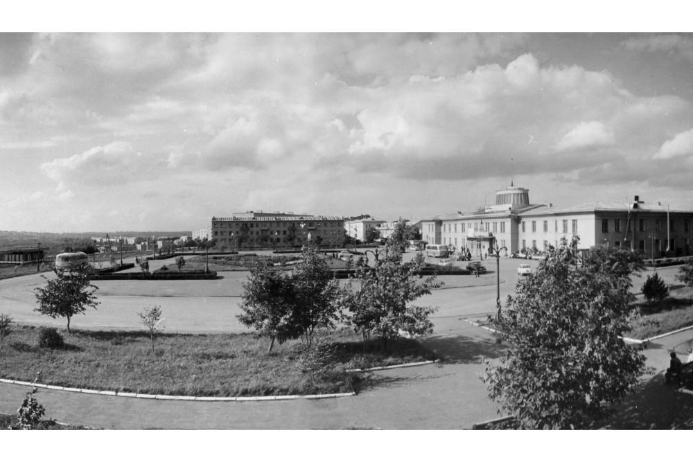1960-е-площадь перед аэровокзалом.jpg