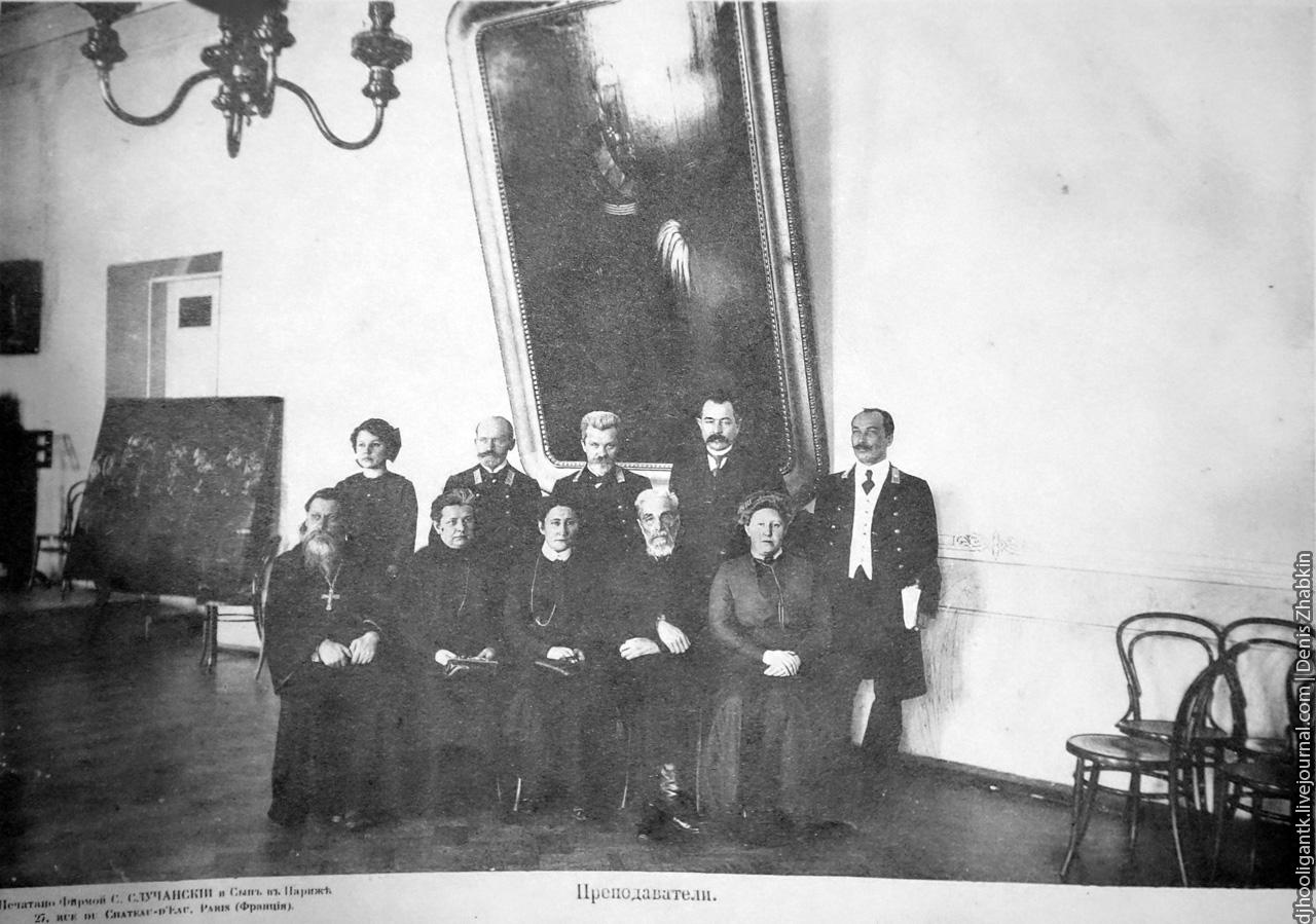преподаватели мариинского института - в 1 ряду священник, преподаватель закона божьего.jpg