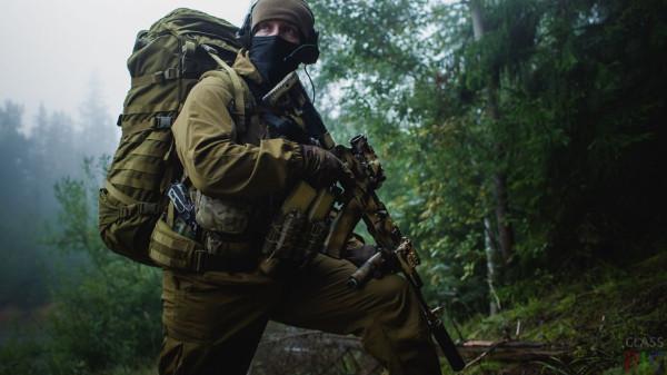 Soldat-v-snaryazhenii-s-avtomatom-AK.jpg