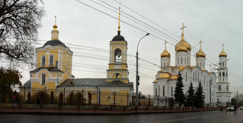 Брянск. На переднем плане Воскресенский Собор (1739 - 1741)