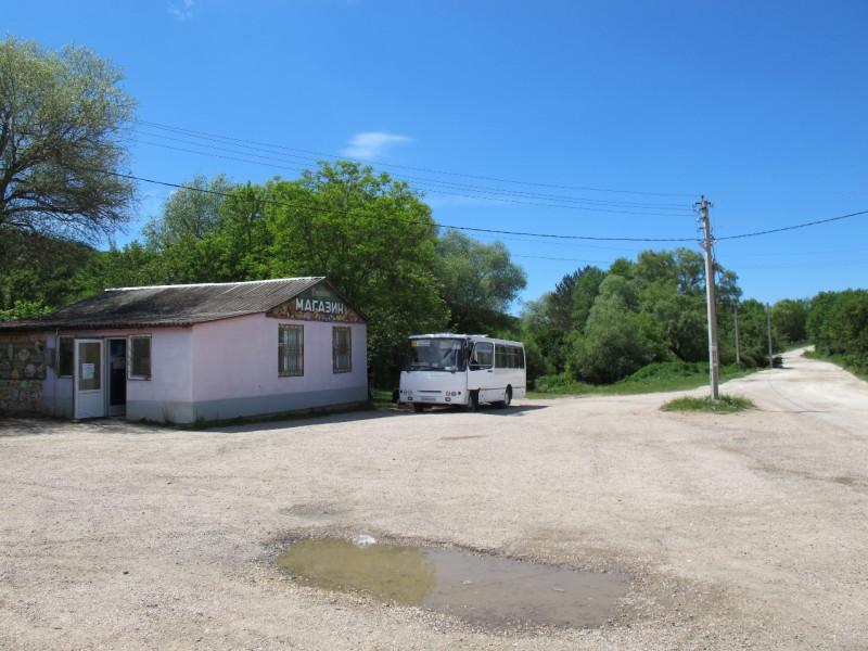 И снова путь начинается в селе Счастливое, куда нас доставляет все тот же белый автобус, во всё те же почти два часа дня.