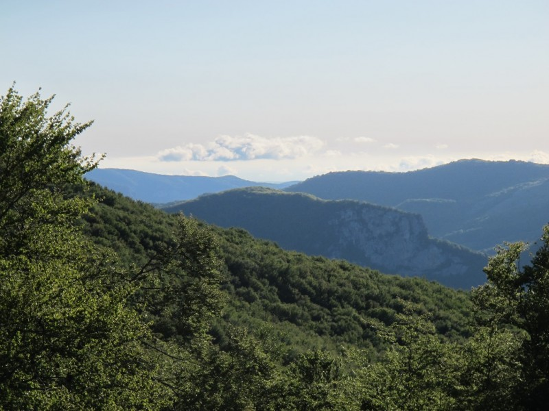 Другое окошко с видом на скалы Куш-Кая.