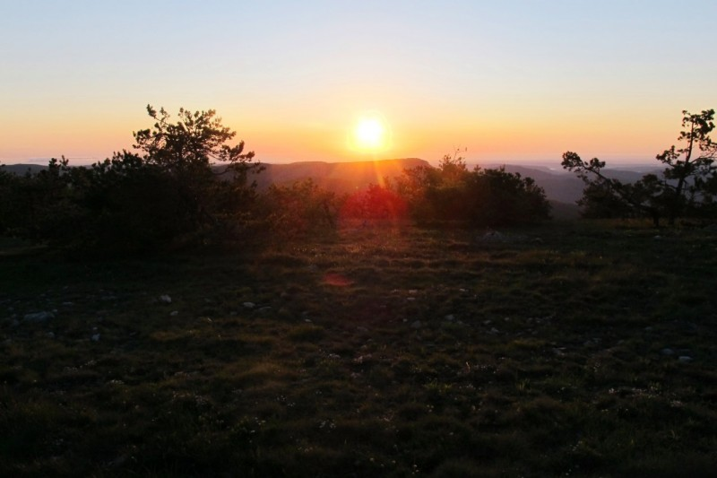 Солнце скоро коснется или моря, или линии гор, или и вовсе канет в дымку...  Мы торопимся: хочется проводить солнышко именно с Эндека.