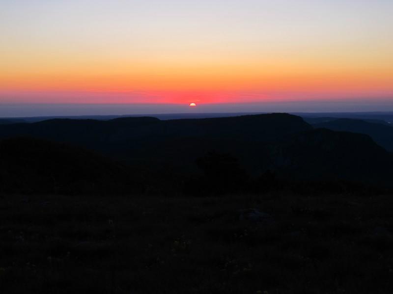 Солнце прощалось с Крымом как раз между вершинами Бойки и Сотиры.