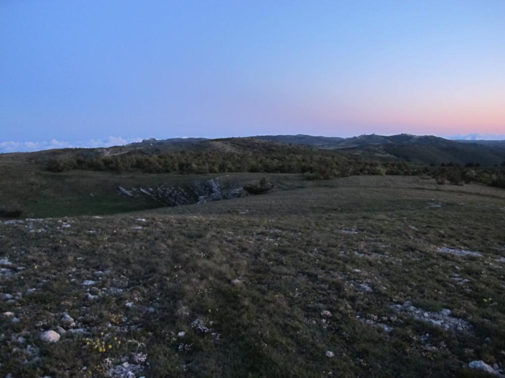 Отсюда хорошо видны Ай-Петри и купола военной базы на горе Бедене-Кыр, на которых уже зажглись ночные фонарики.