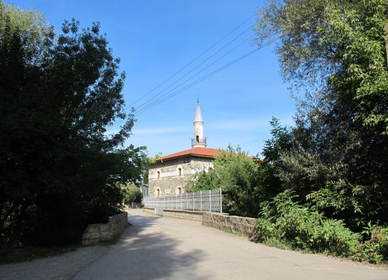 """Коккоз-Джами, также известна как Юсуповская мечеть. Название получила по селу, ведь до последовавшей за депортацией крымских татар волны переименований село называлось Коккоз. Это название дословно переводится как """"голубоглазый""""."""
