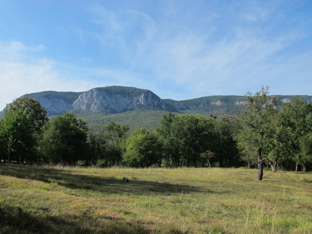 ... чудесным видом на на скалы Седам-Кая и небом, которое утро украсило узорами перистых облачков.
