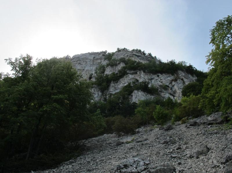 Тропа, в общем-то, до слияния с другой из Богатыря, пологая и легко проходится за исключением лишь этого  небольшого участка, где она пересекает осыпи под Бойкинской скалой.