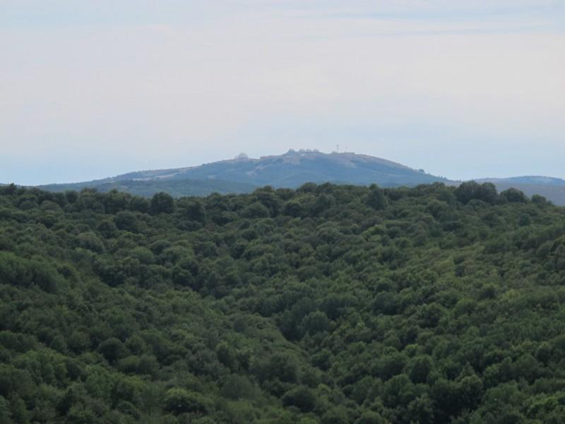 Уже выглянули купола РЛС горы Бедене-Кыр.