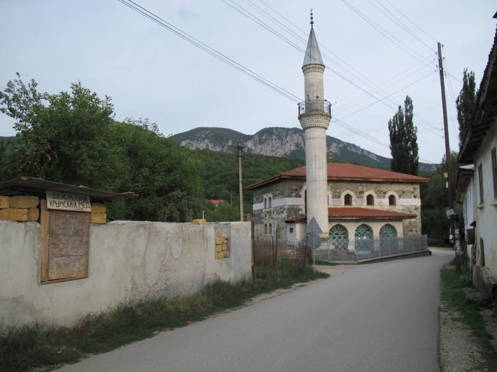 Юсуповская мечеть провожает взглядом парня, спешно шагающего к остановке...