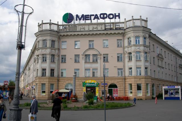 Красивое здание, жаль, испорчено рекламой