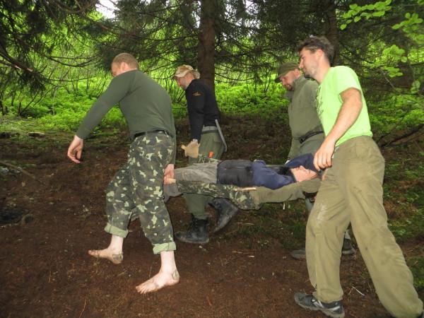 Раненый на носилках