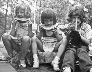 США. 1954 год. Дешевая детская одежда серых расцветок (интересно, как он определил цвет на черно-белом фото? - reedcat)