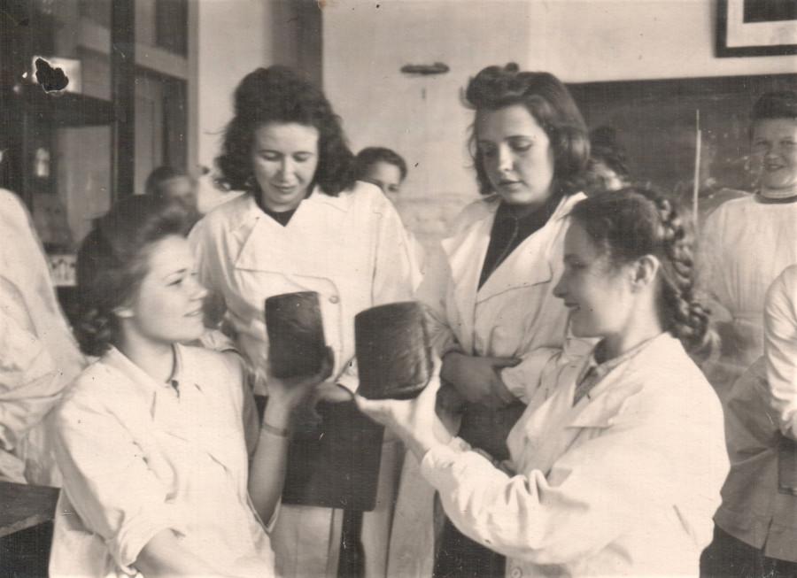 05 бабуля с выпеченным хлебом 1949 год