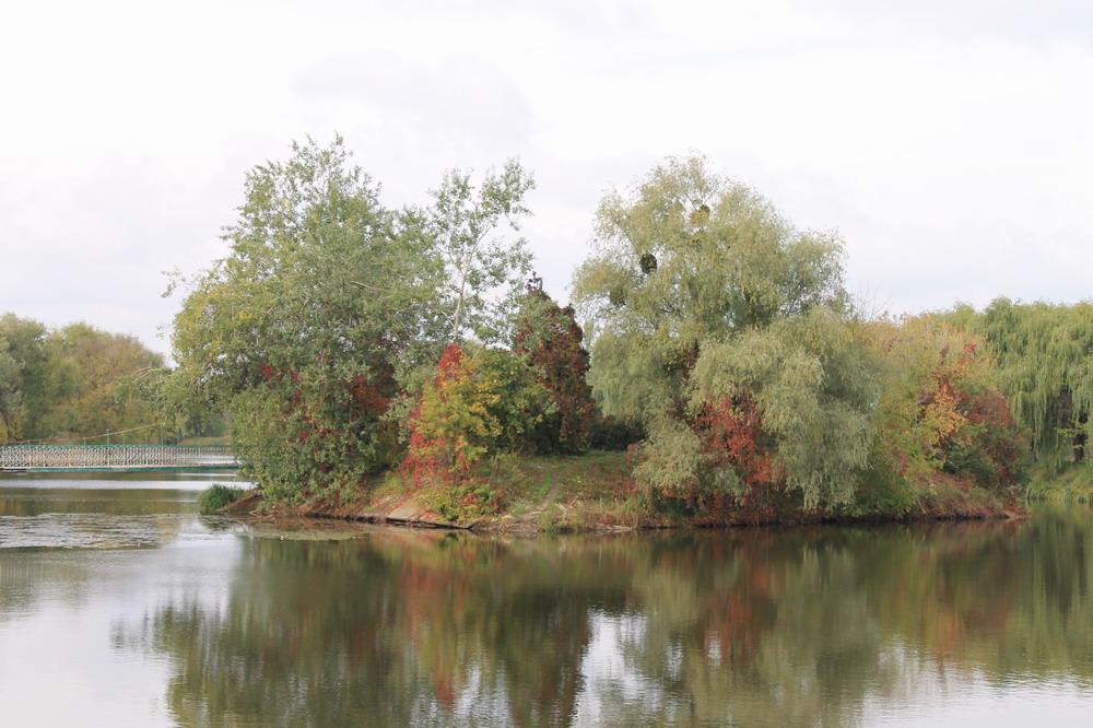 Острів закоханих на парковому озері