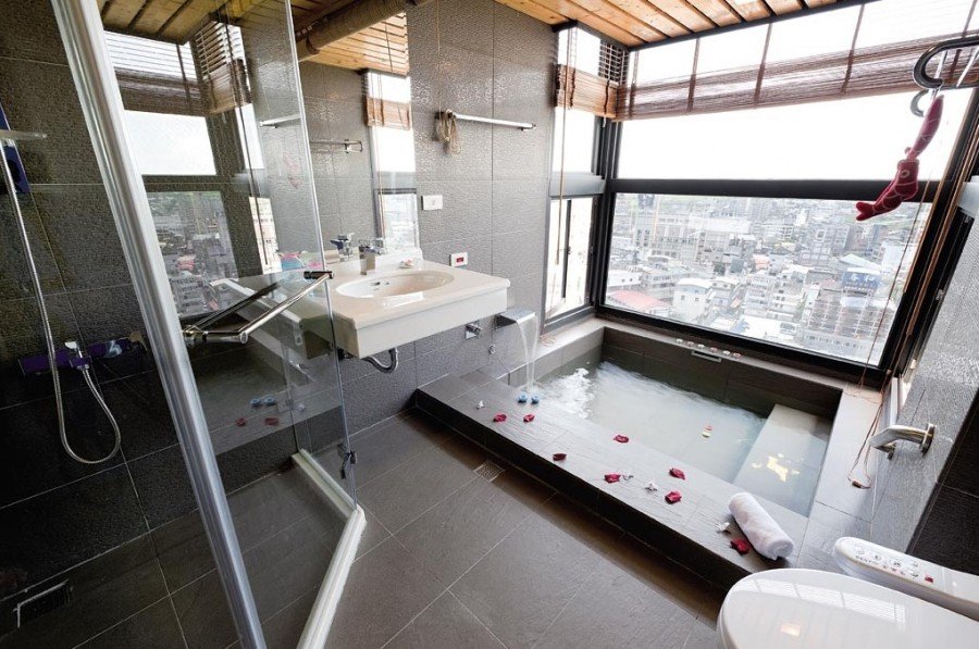 Modern-bathroom-with-large-tile