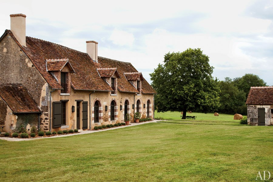 item9.size.0.0.virginie-jean-louis-deniot-french-farmhouse-03-exterior-farmland