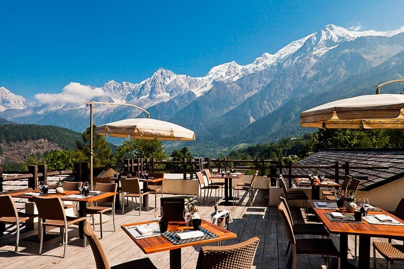 Outdoor-dinings-pace-with-view-of-the-Alps