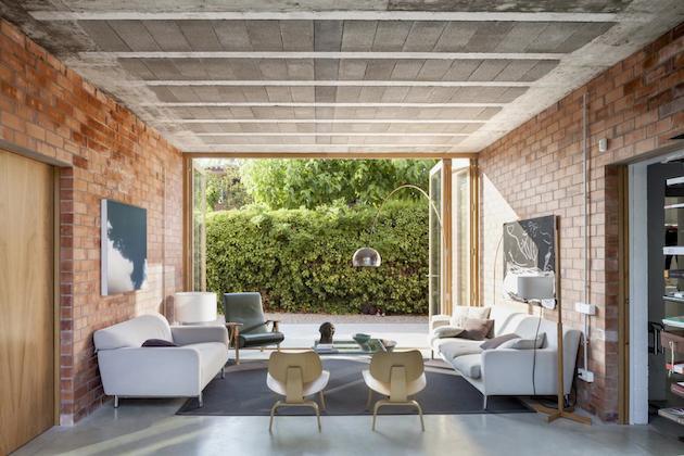 Spains-Modern-Brick-House-1101-1