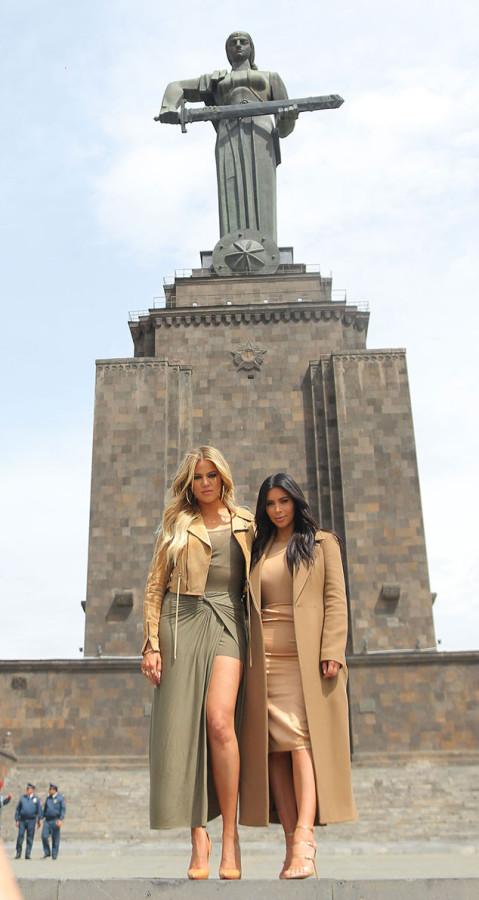 rs_634x1189-150409092005-634.Khloe-Kardashian-Kim-Kardashian-JR-4915