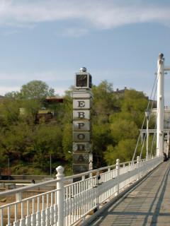 Граница между Европой и Азией: Стеллы у пешеходного моста в Оренбурге