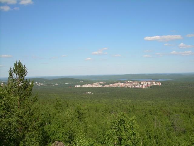 Вид на Южный микрорайон Новоуральска со скалы Висячий камень