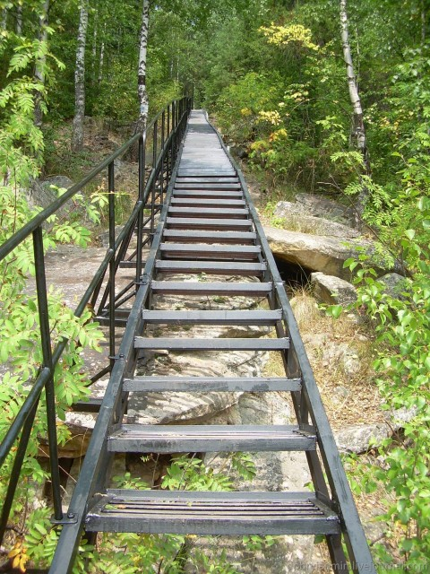 Лестница. Начало подъёма на Двуглавую сопку