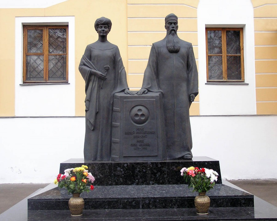 Monument_of_Helena_and_Nicholas_Roerichs