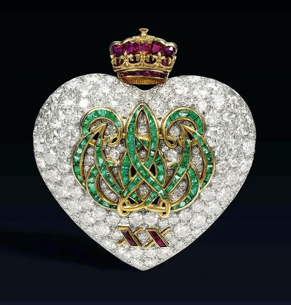Брошь в виде сердца с изумрудами, рубинами и бриллиантами, подаренная Эдуардом супруге к двадцатилетней годовщине свадьбы.