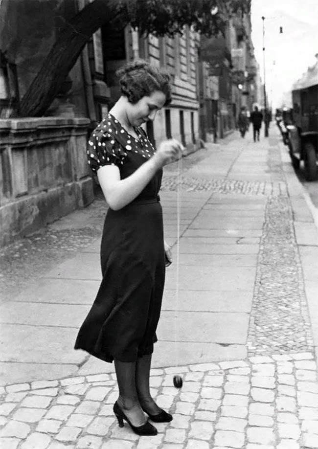 Девушка, играющая в йо-йо. Берлин, ок. 1926