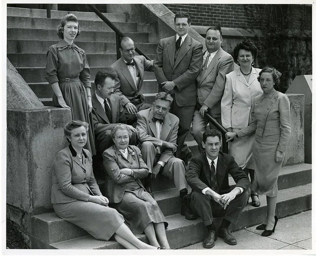 А.Кинзи (сидит, в центре) среди сотрудников своего института. Клайд Мартин (сидит, второй справа)