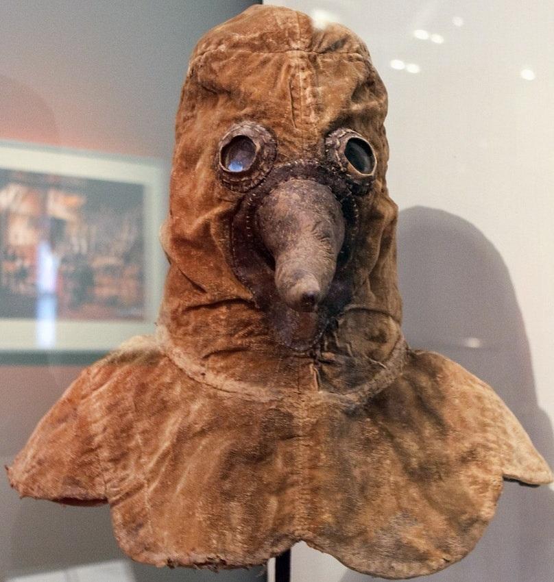 Маска доктора чумы из коллекции Берлинского исторического музея. Конец XVII в.