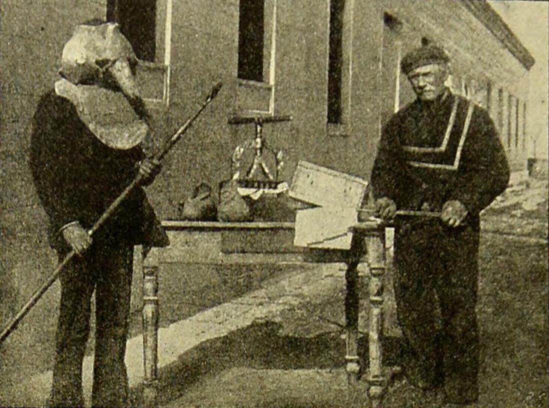 Уборщики на острове Повелья. ок. 1899.
