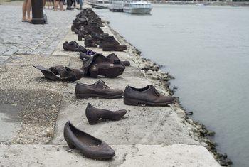 туфли на берегу