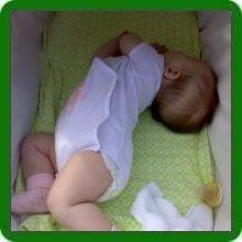 Почему младенец запрокидывает голову назад