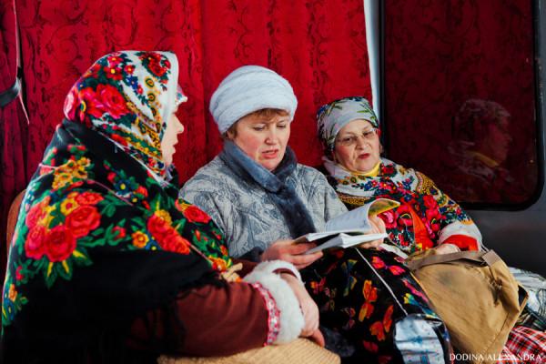 Бабушки-заводилы поют песни в автобусе